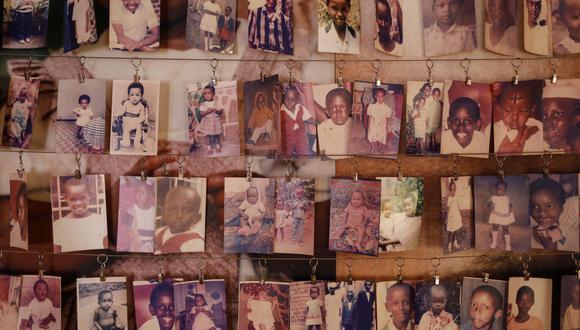 Fotografías de los niños asesinados durante el genocidio de Ruanda en 1994. (Foto: EFE)