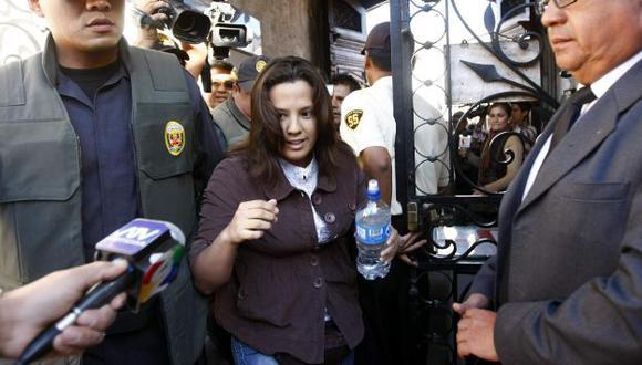 INCÓMODA. Rosario salió de la Fiscalía de Arequipa rodeada de policías y de periodistas. (Heiner Aparicio)