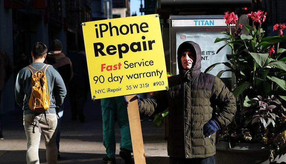 Existen talleres no autorizados por Apple que reparan iPhones. Ahora podrán certificarse por esta compañía y ofrecer repuestos originales. (Foto: AFP)