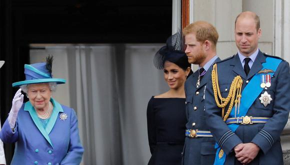 La reina Isabel II junto a Meghan y Enrique de Sussex; y Guillermo de Cambridge. (Foto: AFP)