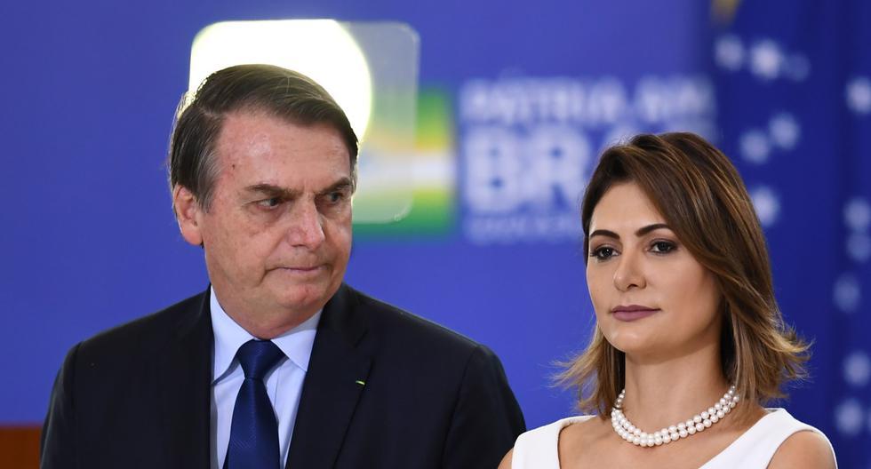 El presidente de Brasil, Jair Bolsonaro (izquierda) y la primera dama Michelle asisten a la ceremonia en el Palacio Planalto en Brasilia. Archivo del 5 de abril de 2020. (EVARISTO SA / AFP).