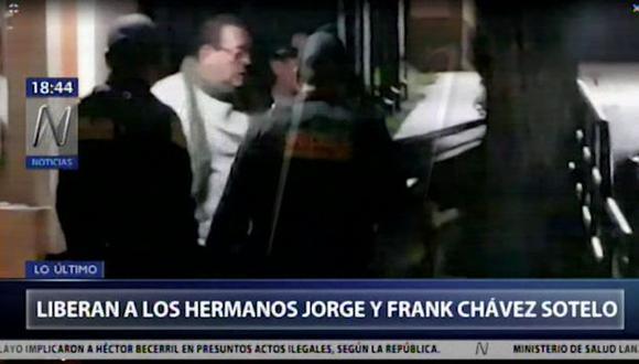 Imágenes difundidas por Canal N, se observa a uno de los hermanos terminando de completar algunos trámites y saliendo del penal de Cusco.. (Foto: Captura Canal N)