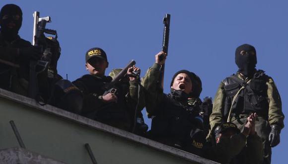 Policías se sublevaron en todo el país, se amotinaron en sus cuarteles y dejaron las calles desprotegidas. (AP)