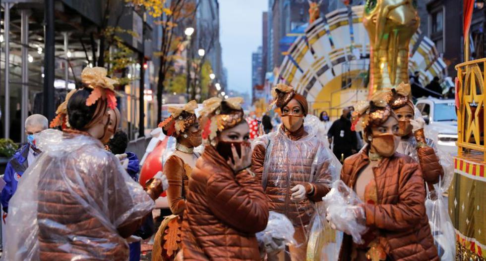 Imagen referencial. Los participantes se reúnen antes del 94 ° Desfile del Día de Acción de Gracias de Macy's en Manhattan, Nueva York, Estados Unidos, el 26 de noviembre de 2020. (REUTERS/Andrew Kelly).