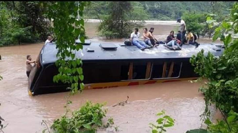 Chanchamayo: Buses varados e inundados tras huaico por desborde del río Perené (PrensaDirectaPE)