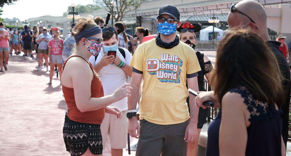 Imagen de personas esperando afuera del parque temático Magic Kingdom en Walt Disney World en Florida. (AFP / Gregg Newton / Gregg Newton).