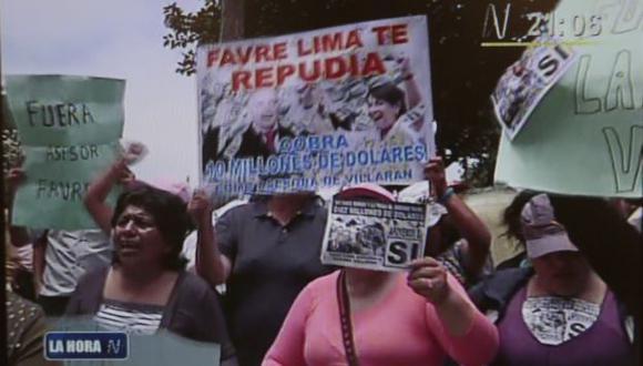 PROTESTA. Manifestantes llegaron al hotel donde se alojará el asesor de Villarán, Luis Favre. (Imagen de TV)