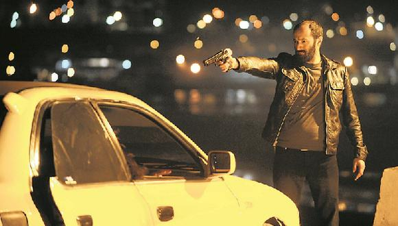 Carlos Alcántara reveló que tuvo que aprender a usar arma para su personaje.