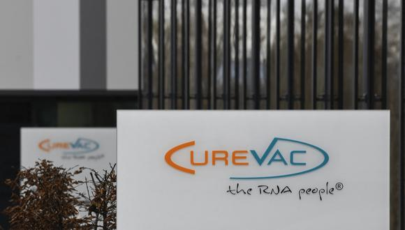 El gobierno peruano había negociado con el laboratorio alemán 29 millones de dosis de su vacuna contra el coronavirus, que debían llegar en el 2022.  (Photo by THOMAS KIENZLE / AFP)