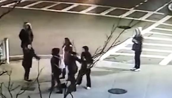 Ante el intento de defensa de la mujer y su hija se produjo un nuevo forcejeo. (YouTube)