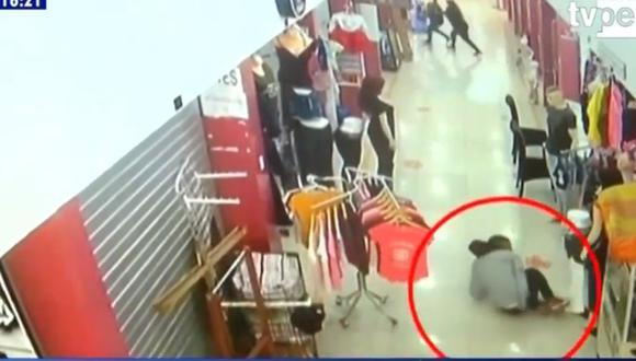 La víctima trata de huir pero se desploma  a los pocos metros. (Captura de TV/TV Perú Noticias)