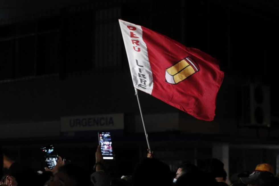 Simpatizantes de Perú Libre acudieron al local de partidario para dar su apoyo a candidato Pedro Castillo. (Andrés Paredes/GEC)