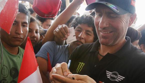 Lo aman. Peterhansel firma autógrafos en el 'Village Dakar'. (Reuters)