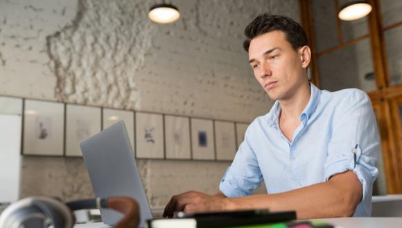 La vestimenta en una reunión de trabajo virtual puede ayudar a proyectar seguridad y credibilidad, pero la personalidad y actitud es lo más importante. (Foto: Freepik)