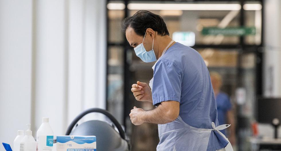 Los trabajadores de la salud se ponen equipos de protección mientras se preparan para recibir a un paciente en la Unidad de Cuidados Intensivos (UCI) del Hospital Danderyd cerca de Estocolmo (Suecia), el 13 de mayo de 2020. (Jonathan NACKSTRAND / AFP).