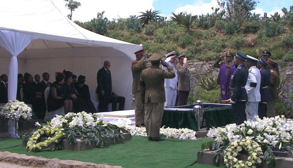 Nelson Mandela fue sepultado el domingo en la tierra africana que tanto amó tras un funeral que incluyó una salva de 21 cañones y sobrevuelos de aviones militares, así como un panegírico por un líder nativo que lucía una piel de animal. (AP)