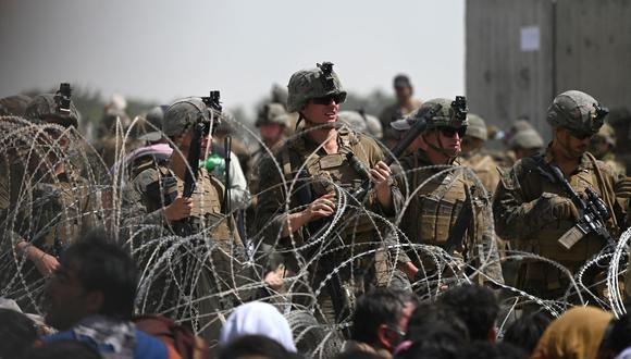 Soldados estadounidenses montan guardia detrás de un alambre de púas cerca de la parte militar del aeropuerto en Kabul, Afganistán, el 20 de agosto de 2021. (Wakil KOHSAR / AFP).