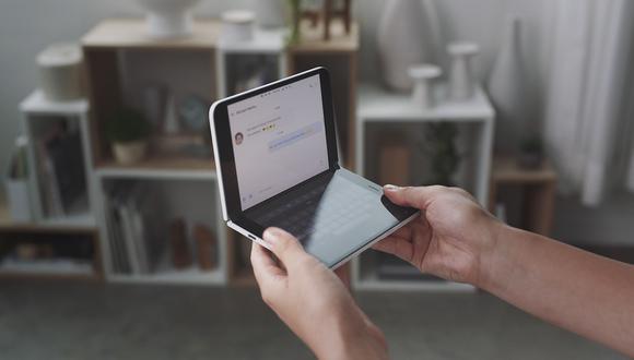 """Panos Panay, jefe de productos de Microsoft, consideró que el Surface Duo """"es más que un teléfono"""", ya que este guarda similitud con las tabletas de la compañía que también tendrán doble pantalla. (Foto: AFP)"""