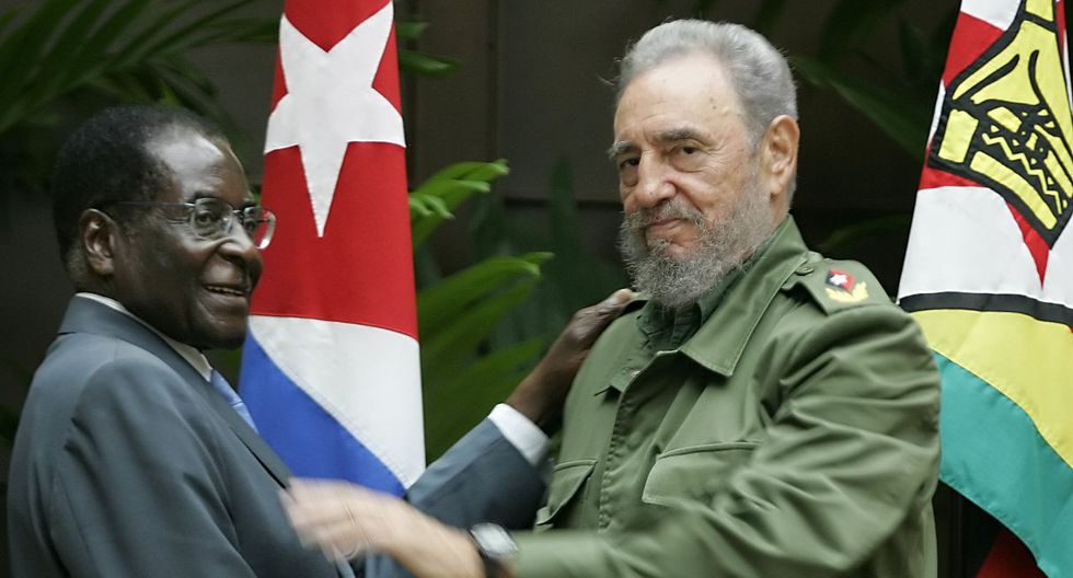 12 de septiembre de 2005. Fidel Castro se da la mano con Robert Mugabe en el Consejo de Estado de La Habana. (Foto: AFP)