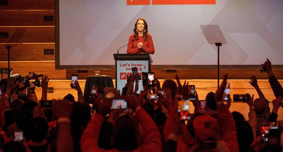 La primera ministra de Nueva Zelanda, Jacinda Ardern, habla en el evento de la noche de elecciones del Partido Laborista en Auckland. (EFE/EPA/DAVID ROWLAND).