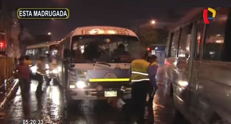 Una lluvia intensa cayó en la capital por eso los inspectores municipales instaban a los chóferes de buses reducir la velocidad para prevenir accidentes.. (Panamericana TV)