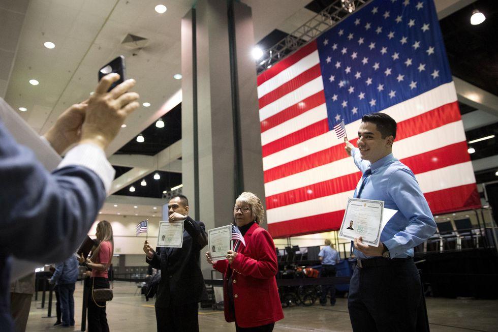 Un fenómeno peculiar entre los inmigrantes en Estados Unidos es que no todos ellos eligen adquirir la ciudadanía estadounidense. (Foto: AP)