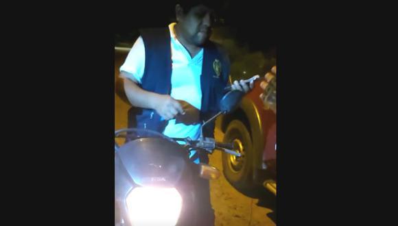 Puerto Maldonado. Fiscal Roldan Roque al momento de su intervención llevaba puesto el chaleco de su institución. (Captura de video)