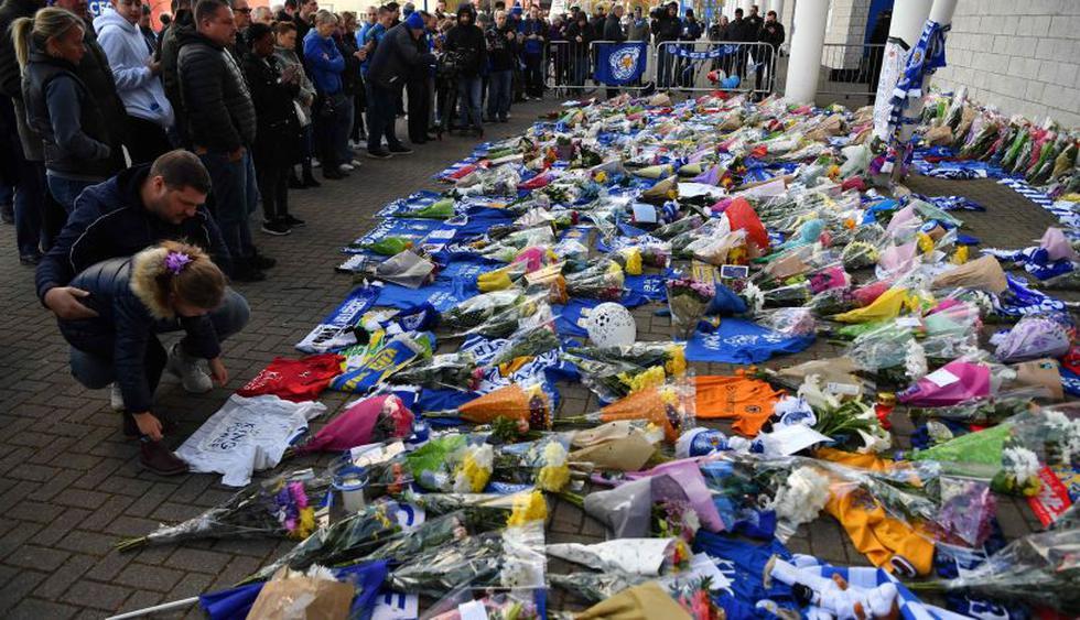 La conmoción de los hinchas del Leicester City tras el accidente de helicóptero.| Foto: AFP