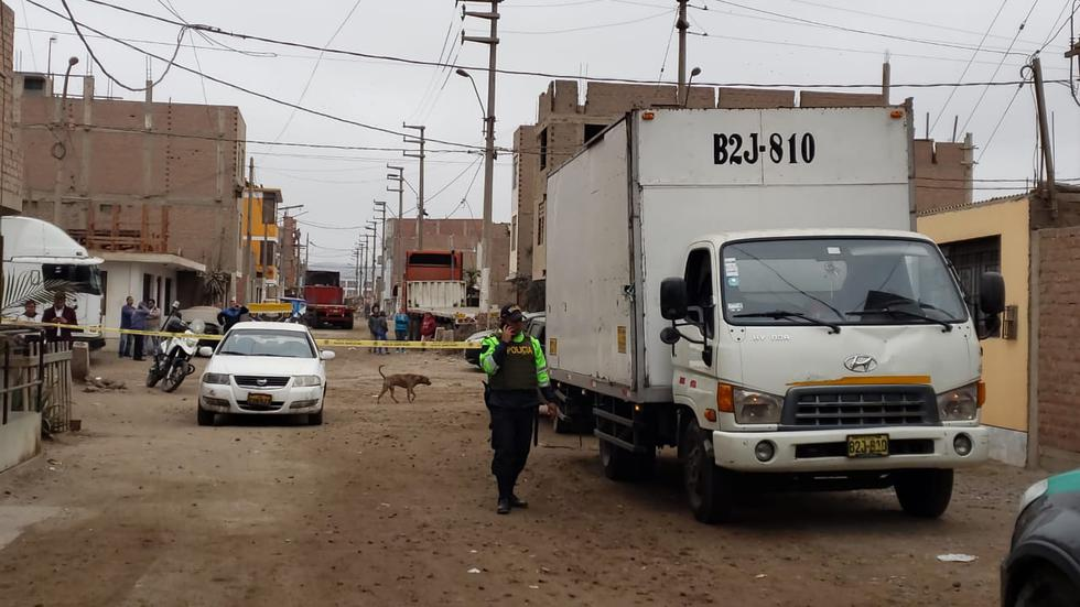 La furgoneta de placa B2J-810 robada esta mañana en la avenida Colonial, fue hallada en la urbanización Oquendo, en el Callao. (Foto:  Joseph Ángeles/ GEC)