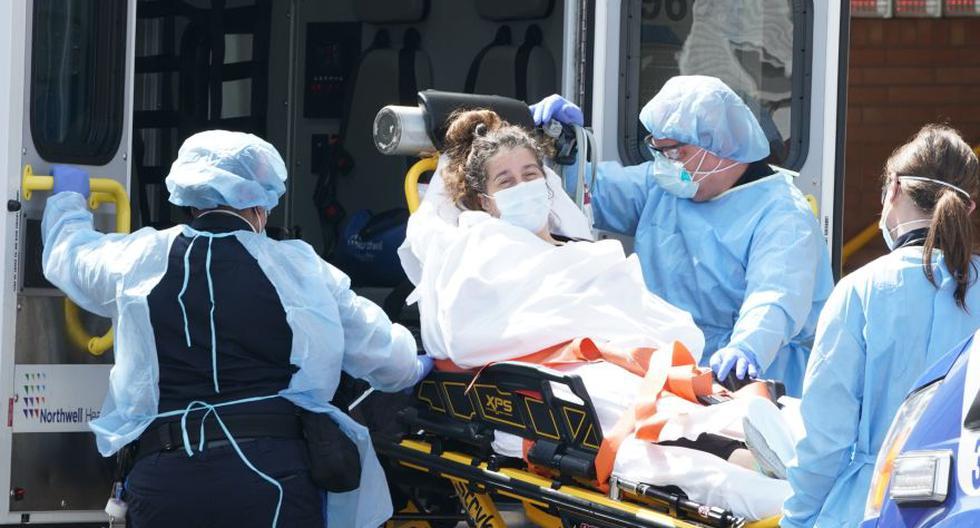 Imagen referencial. Personal médico traslada a una paciente con coronavirus en Nueva York, Estados Unidos. (Foto: Bryan R. Smith / AFP)