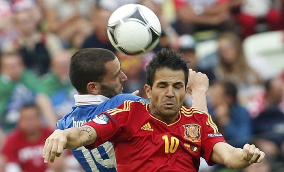 CON TODO. Fábregas va al cabezazo y casi se  lleva una patada. (Reuters)