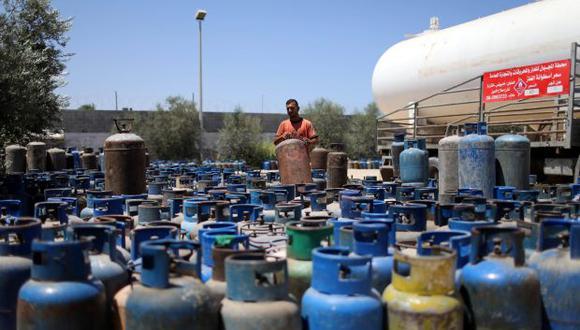 Un trabajador palestino espera llenar cilindros con gas de cocina importado de Egipto, en Khan Younis, al sur de la Franja de Gaza para poder llevar algo de combustible. (Foto: Reuters)
