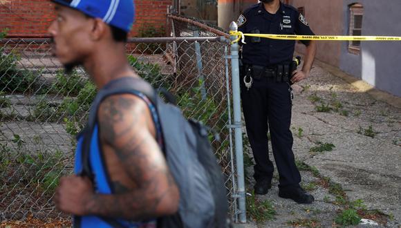 Un oficial de la policía de Nueva York está detrás de una cinta policial en la escena de un presunto homicidio en el distrito de Brooklyn de Nueva York. (REUTERS/Shannon Stapleton).