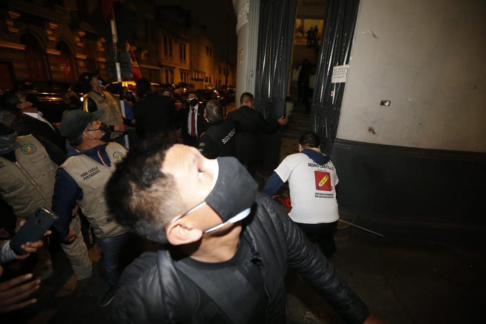 Simpatizantes que se encontraban esperando al candidato Castillo tuvieron corrieron asustados. (Jorge Cerdan/@photo.gec)
