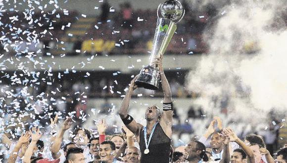 Luis Guadalupe explota con la copa  en lo alto. El zaguero fue el líder del mejor equipo del año. (David Vexelman)