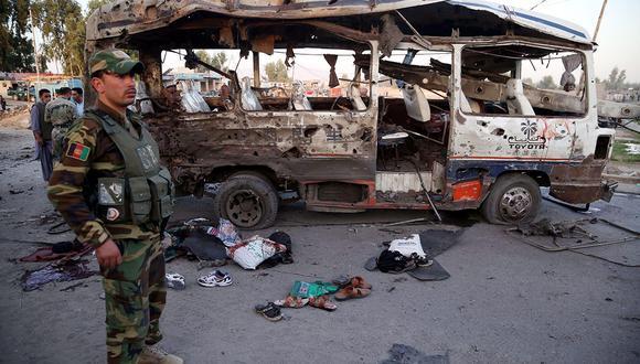 Funcionarios de seguridad afganos inspeccionan la escena de la explosión de una bomba en Jalalabad, Afganistán, donde diez civiles murieron y otros 27 resultaron heridos. (Foto: EFE)