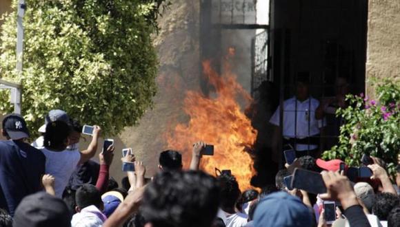La muchedumbre forzó a los policías locales a retirarse de la prisión para sacar a golpes a los dos detenidos, que fueron golpeados y quemados vivos. | Foto: Twitter / @oscaresgo