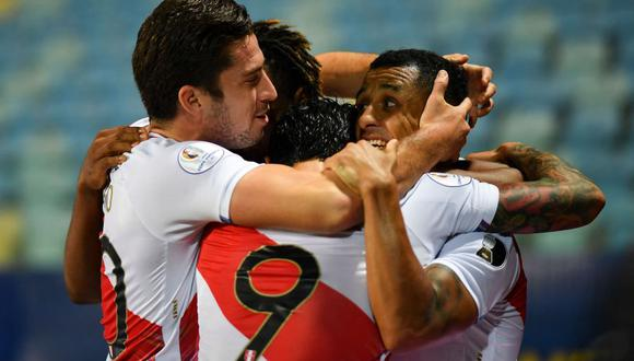 Peru's Yoshimar Yotun (R) celebrates with teammates after scoring against Paraguay during their Conmebol 2021 Copa America football tournament quarter-final match at the Olympic Stadium in Goiania, Brazil, on July 2, 2021. / AFP / DOUGLAS MAGNO