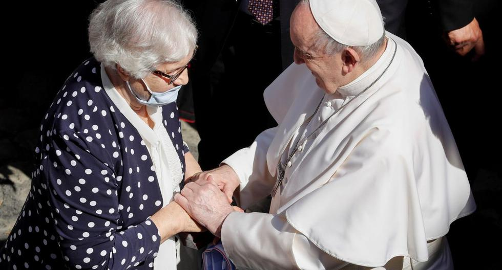 El Papa Francisco saluda a la sobreviviente del Holocausto, Lidia Maksymowicz, después de la audiencia general semanal en el patio de San Dámaso, en el Vaticano, el 26 de mayo de 2021. (REUTERS/Remo Casilli).