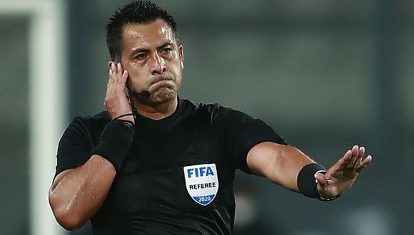 Julio Bascuñán estuvo como asistente VAR el reciente martes en el River vs. Palmeiras. (Foto: AFP)