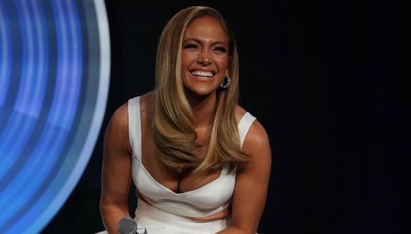 Jennifer Lopez y el rapero Rauw Alejandro ruedan un video clip en Miami Beach. (Foto: Timothy A. Clarhy/ AFP)