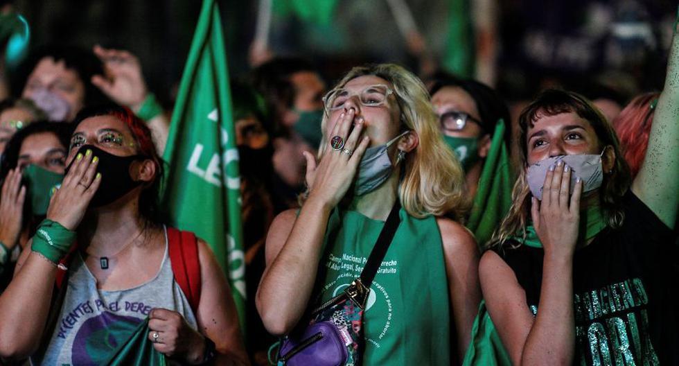 Cientos de miles de personas festejaron la despenalización del aborto en Argentina después de que se aprobase en el Senado en Buenos Aires. (Foto: EFE / Juan Ignacio Roncoroni)