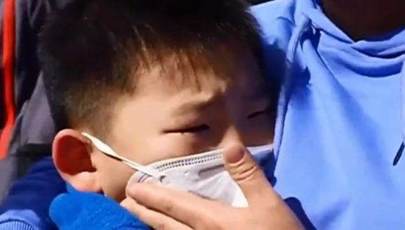 El pequeño, de solamente ocho años, no pudo evitar emocionarse al reunirse con su madre. (Foto: Captura)