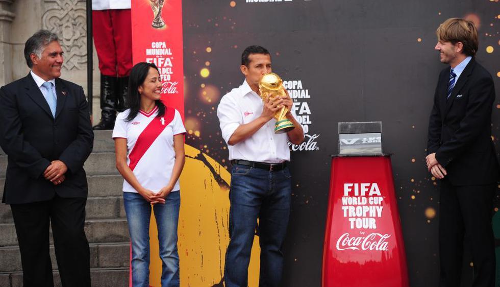 Ollanta Humala recibió la Copa del Mundo de la FIFA en Palacio de Gobierno, junto a su esposa Nadine Heredia. (Difusión)