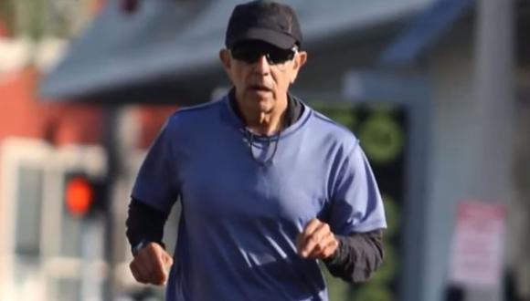 Meza, un médico que se dedicaba a promover el atletismo, obtuvo el mejor tiempo oficial en esa categoría al cruzar la meta en 2 horas 53 minutos y 10 segundos. (Foto: Captura de video)