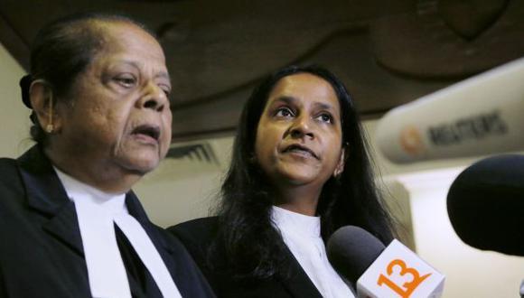 Venkateswari Alagendra y Saraswathy Devi, abogados de los turistas chilenos, hablan después de una audiencia en el Tribunal Superior de Kuala Lumpur. Confían en que el dúo será absuelto ya que fue un accidente. (Foto: AP)