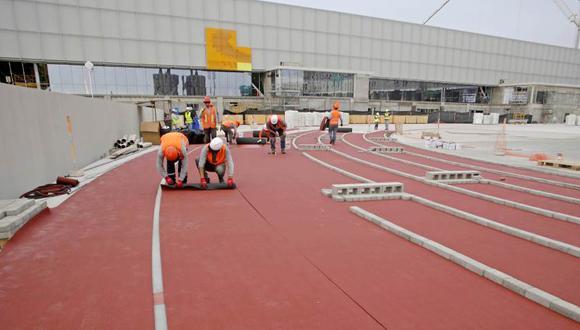 Así inició la instalación de la alfombra roja para la pista auxiliar de atletismo. (Foto: Prensa Panamericanos 2019)