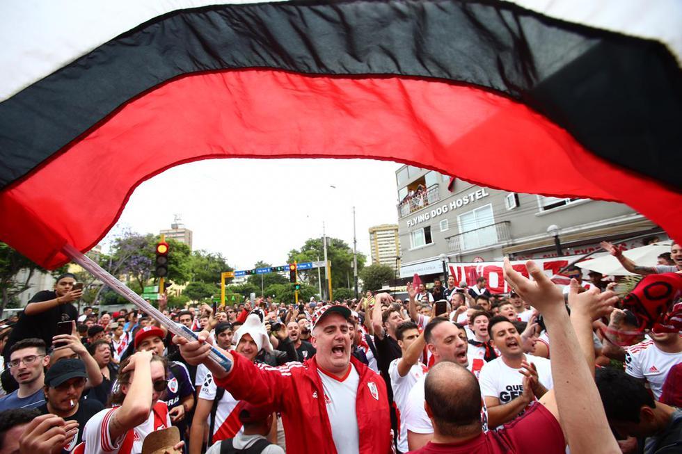 Hinchas de River Plate se congregaron en Miraflores para realizar el tradicional banderazo. (Mario Zapata/GEC)