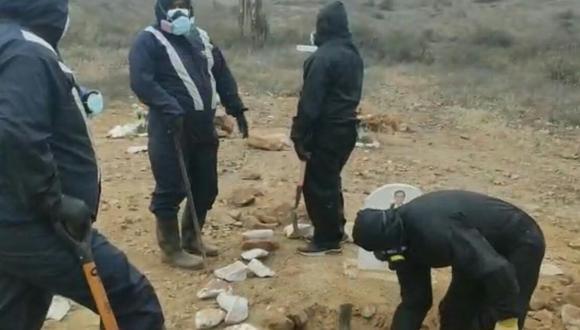 Los trabajadores de una funeraria comentaron que los cadáveres se encontraban en una fosa cercana y con ayuda de una maquinaria se procedió a desenterrarlas para verificar si estaban los cuerpos (Foto: Captura de pantalla RPP)