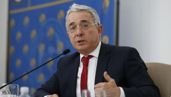 """Ex presidente Álvaro Uribe calificó de """"democracia sometida"""" al acuerdo de paz con las FARC (Efe)."""